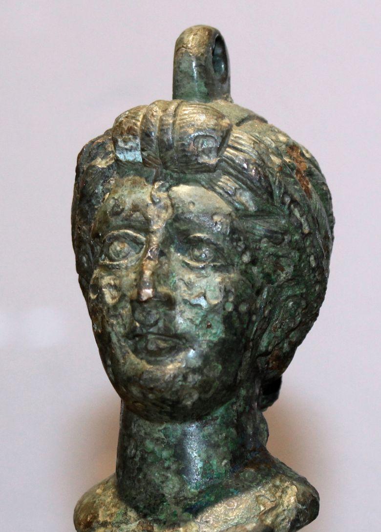 Frauenkopf aus Bronze