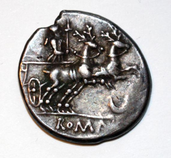 Eine Münze mit der Göttin Diana. Die Göttin in einem von zwei Hirschen gezogenen Streitwagen.