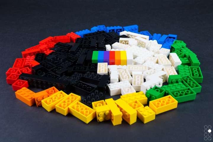 Kreisförmig angelegt, sind Legosteine in unterschiedlichen Farben zu sehen, die als Material für den Workshop dienen werden.