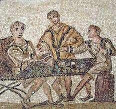 Dargestellt ist ein antikes Mosaik, welches drei Personen bei einem römischen Würfelspiel zeigt: zwei Spieler sitzen an einem Tisch und ein Schietsrichter steht mittig daneben.