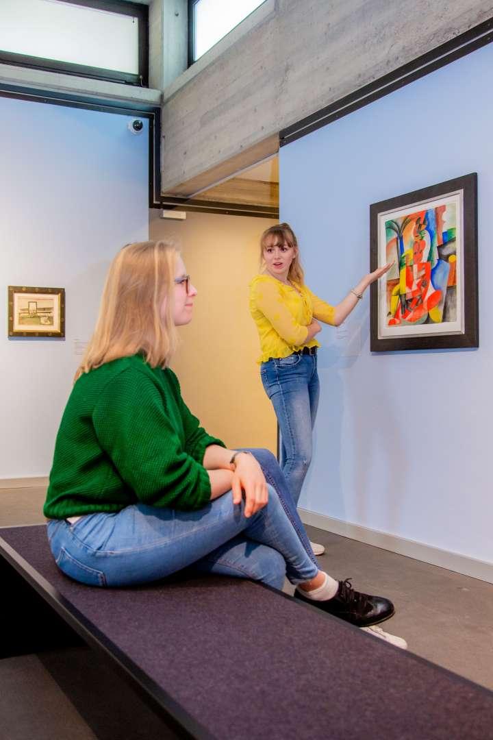 Die Fotografie zeigt zwei Frauen im Museumsraum des Rheinischen Expressionismus.