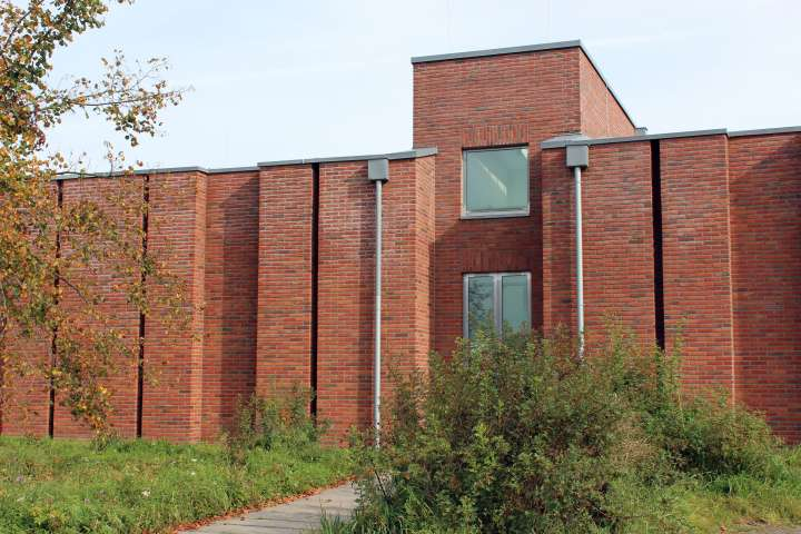 Die Fotografie zeigt den Eingang des Feld-Hauses