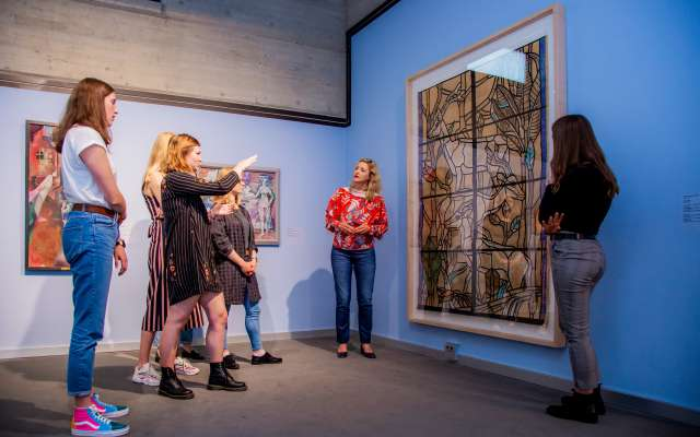 Eine Gruppe vor einem Kunstwerk