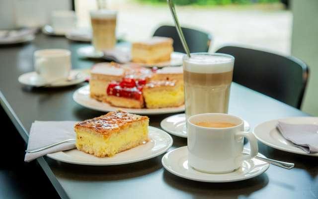 Kuchen und Kaffee auf einem Tisch