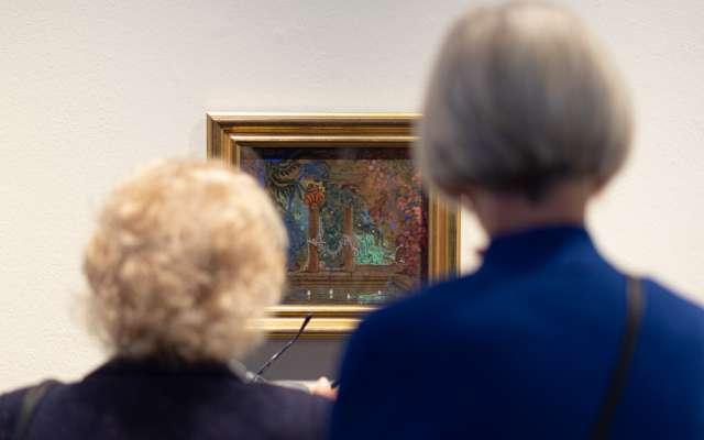 Zwei Personen betrachten ein Kunstwerk