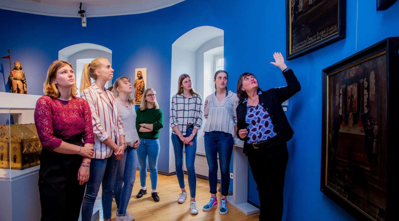 Eine Grupper junger Frauen wird durch den Sammlungsbereich Kulturgeschichte geführt
