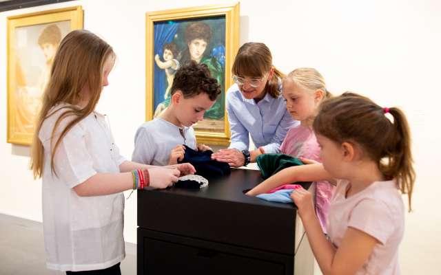 Kinder und Pädagoginnen an einer Erlebnisstation