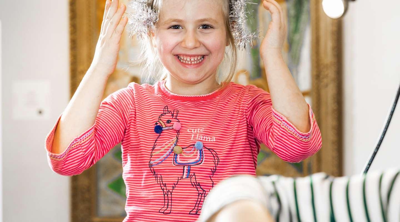Ein fröhliches junges Mädchen
