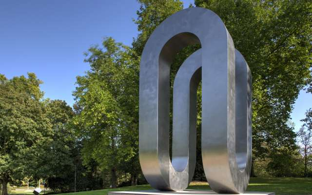 Skulptur im grünen Park