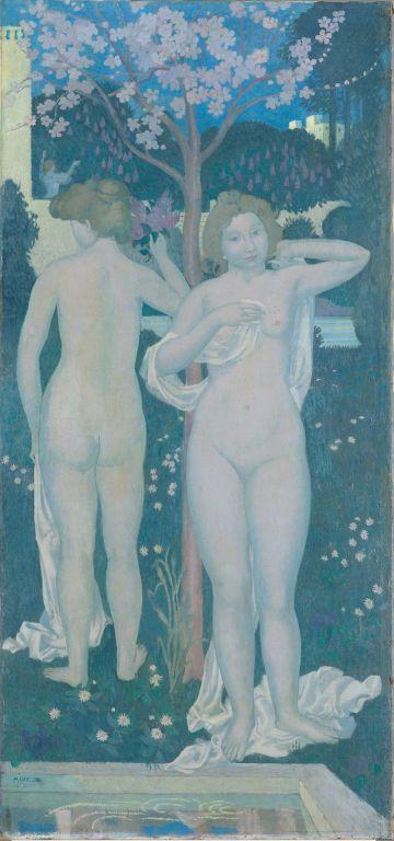 Hochformatiges Bild mit zwei stehenden nackten Frauen. Im Vordergrund ist ein Wasserbecken zu sehen im Hintergrund steht ein blühender Baum.