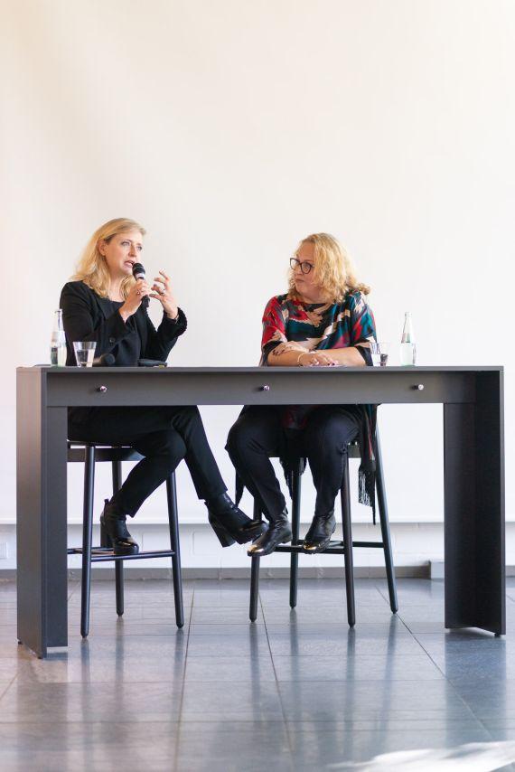 Museumsdirektorin Dr. Husmeier-Schirlitz im Gespräch mit der Sammlerin Tanya Rubinstein-Horowitz